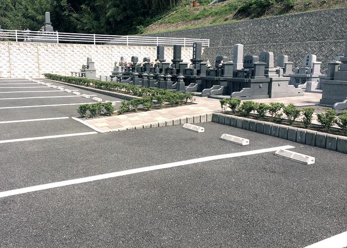 駐車場からお墓への参道にスロープが付いている