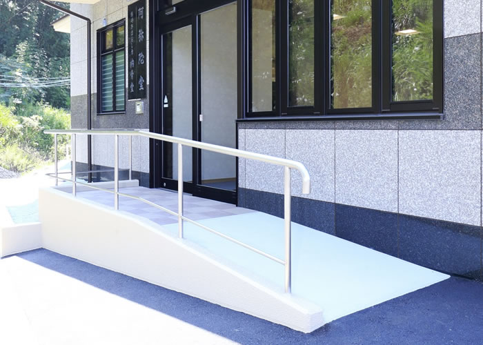 施設入口に車椅子用のスロープが付いている